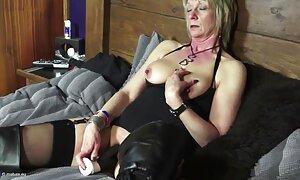 Seorang gadis dalam pakaian dalam erotik video seks lucah melayu bermain dengan seorang pria.