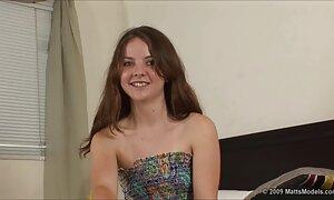 Seorang video lucah inggeris wanita muda yang melihat ke dalam bilik urut.